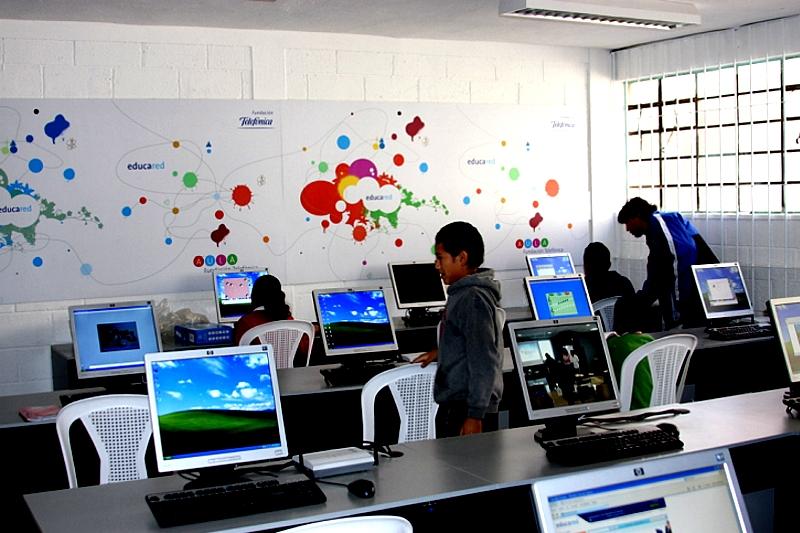El Aula de Fundación Telefónica (AFT) inaugurada en la Escuela Sol Naciente será la primera de trece aulas tecnológicas que Fundación Telefónica tiene contemplado donar  en Guatemala en  el año 2009