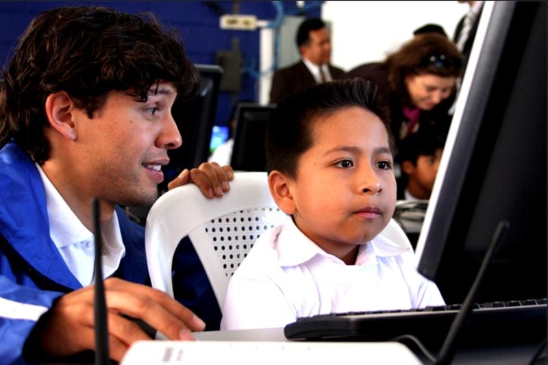 Proniño brinda apoyo a los centros educativos donde asisten los niños becados, impartiendo talleres para docentes, dotándolos con  material didáctico y llevando a cabo considerables mejoras en la infraestructura de las escuelas.