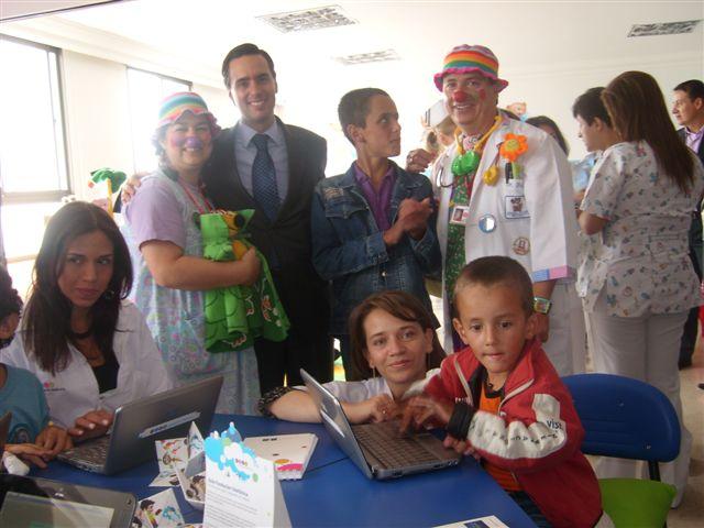 Pedagogos y personal de salud capacitados especialmente para este fin, son los encargados de desarrollar con los niños hospitalizados actividades lúdicas y didácticas apoyadas en las metodologías del programa