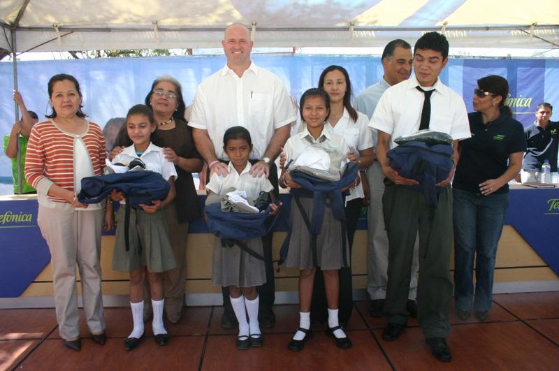 Proniño entrega becas 2009 a alumnos beneficados con el Programa
