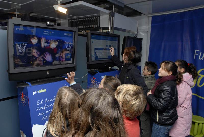 Para los estudiantes de secundaria se ha ideado un taller de graffiti y un juego tecnológico que pondrá a prueba sus conocimientos mediante el uso de Internet como una herramienta de búsqueda de contenidos