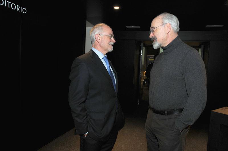 De izda a decha, Javier Nadal Vicepresidente ejecutivo de Fundación Telefónica y Francis Pisani, coautor del libro La alquimia de las multitudes