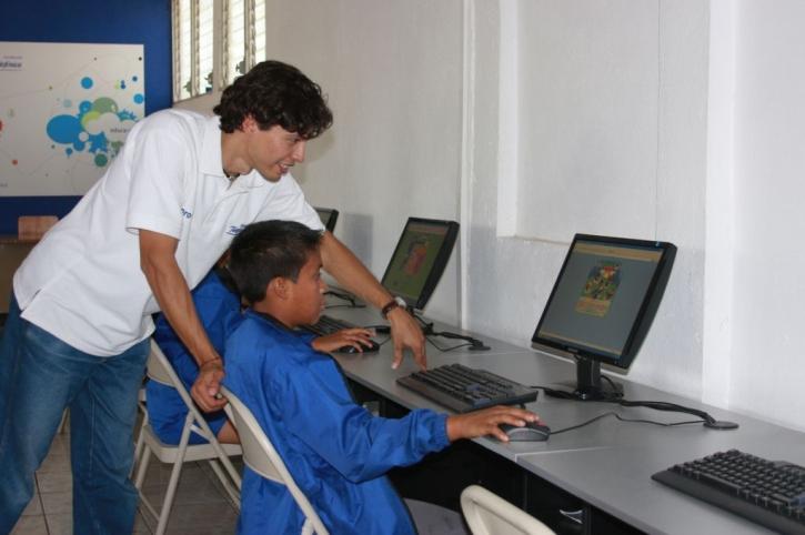 Luigi Santos - Técnico ONG con niño del programa Proniño