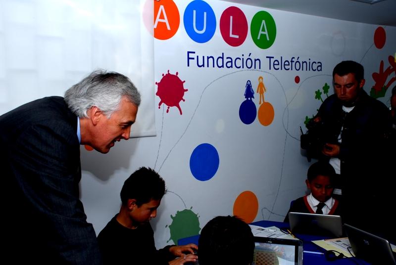Samuel Moreno Rojas Alcalde Mayor de Bogotá conociendo los beneficios de las Aulas Educativas junto con niños beneficiarios.