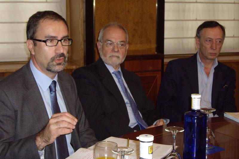 De izquierda a derecha: José de la Peña Aznar, director del área Debate y conocimiento de Fundación Telefónica; Javier Nadal, vicepresidente ejecutivo de Fundación Telefónica; y Enrique Bustamante, editor de la revista TELOS