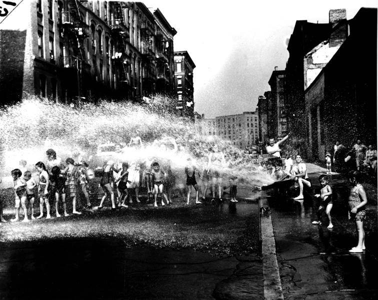 Durante el verano, la ducha colectiva, Lower East Side, 1937 © Weegee / Getty images