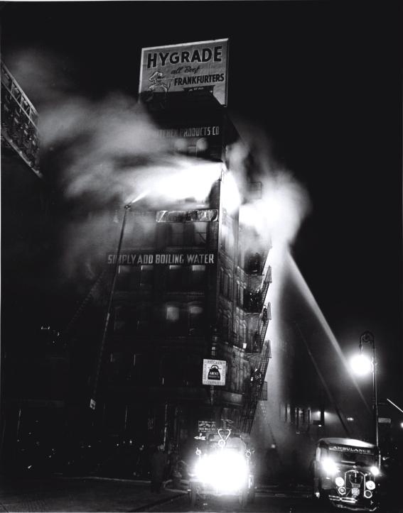 Incendio del inmueble que cobija a un especialista del equipamiento de cocina, Ameko. Se puede leer vierta agua hirviendo y ya está, 1937 © Weegee / Getty images