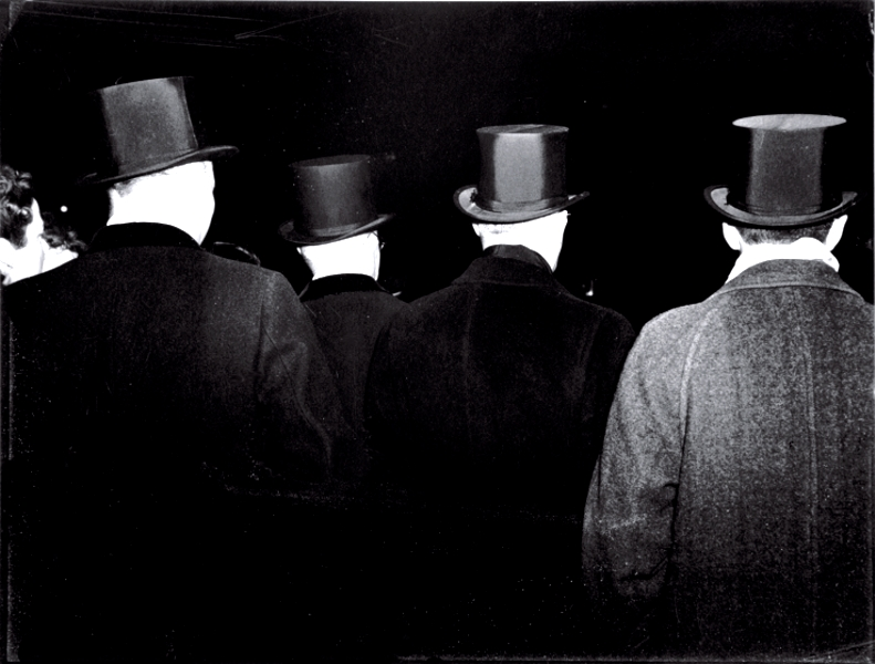 Las chisteras esperan a Bautista con la limusina...delante dela Ópera del Metropolitan, 1943 © Weegee / Getty images