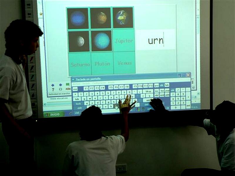 Esta  Aula digital cuenta con 56 computadores portátiles para los estudiantes y uno para el profesor; conexión a Internet Banda Ancha; un servidor de contenidos para trabajo en equipo, con la posibilidad de interactuar con otras instituciones y profesores en todo el mundo