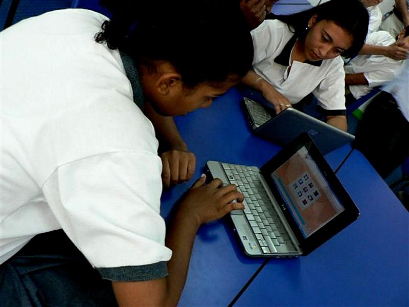 La red de aulas cuenta con un espacio dotado de la más alta tecnología, con el fin de que esta contribuya a su proceso educativo, en el marco de una red de aulas que involucra a más de 150 centros en 13 países de América Latina