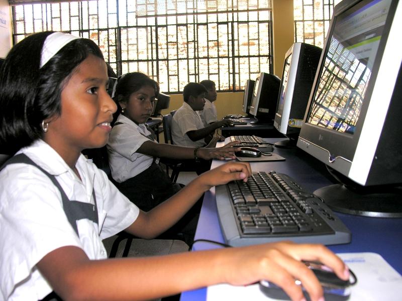 Fundación Telefónica entrega laboratorio informático a escolares de Catacaos