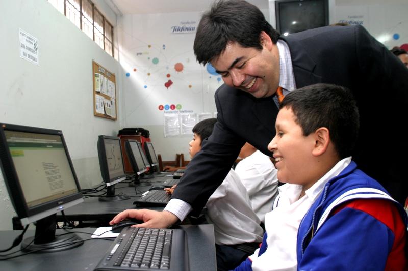 Mario Coronado, director de Comunicación Corporativa y Responsabilidad Social de Telefónica del Perú, y un alumno del Colegio República de Cuba en Aula Fundación Telefónica