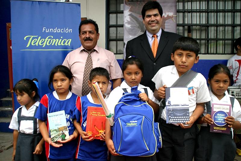 Agustín Sánchez Salas, director del colegio República de Cuba, y Mario Coronado, director de Comunicación Corporativa y Responsabilidad Social de Telefónica del Perú, junto con un grupo de alumnos del Colegio República de Cuba