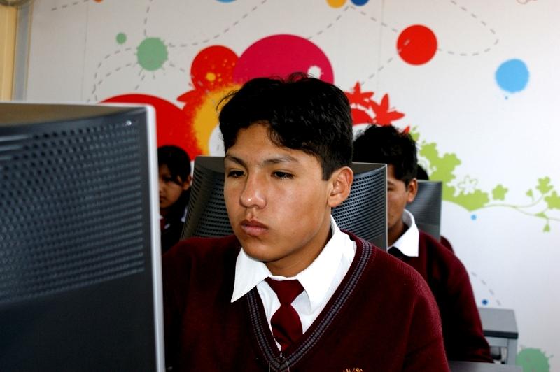 Alumno de colegio José María Arguedas de Arequipa en Aula Fundación Telefónica