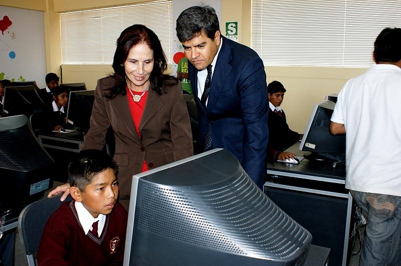 Alumno de colegio José María Arguedas de Arequipa en Aula Fundación Telefónica junto a Lillian Moore, gerenta de
