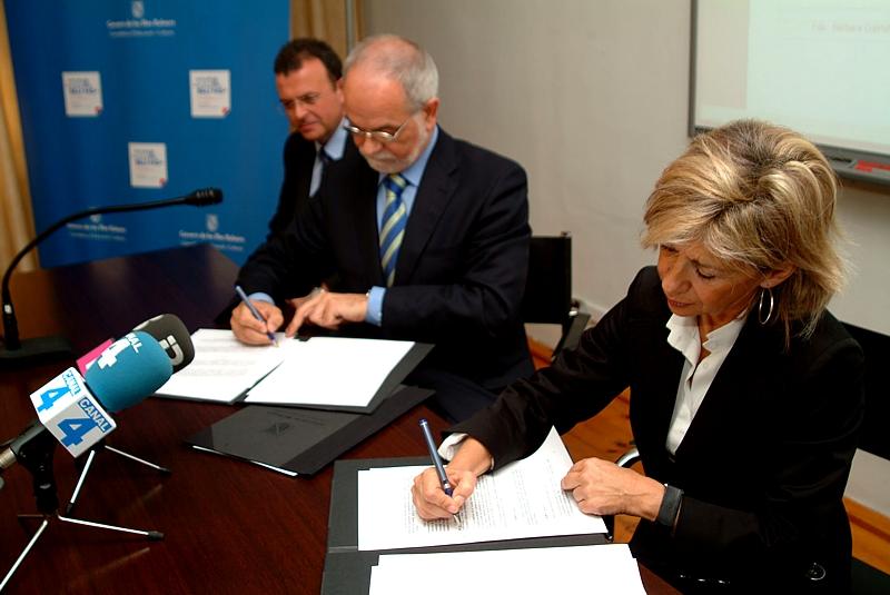 La Consellera d´Educació i Cultura del Govern de les Illes Balears, Bàrbara Galmés y el Vicepresidente Ejecutivo de Fundación Telefónica, Javier Nadal, en el momento de la firma del acuerdo