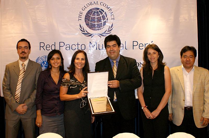 En la foto de izquierda a derecha: Marcel Costa, responsable de Medio Ambiente de Telefónica del Perú;  Tania Silva, jefa del Programa Proniño; Lillian Moore, gerenta de Proyectos Sociales y Educativos; Mario Coronado, director de Comunicación Corporativa y Responsabilidad Social de Telefónica del Perú; María Teresa Galindo, experta en Responsabilidad Social; y Fernando Uyema, gerente de Relaciones Laborales