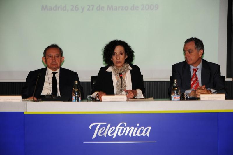 De izq. a dcha.: José Mª Martín Patino, Presidente de la Fundación Encuentro; Mercedes Cabrera, Ministra de Educación, Política Social y Deporte; Eusebio Bautista, Director de Relaciones Corporativas de Telefónica España.