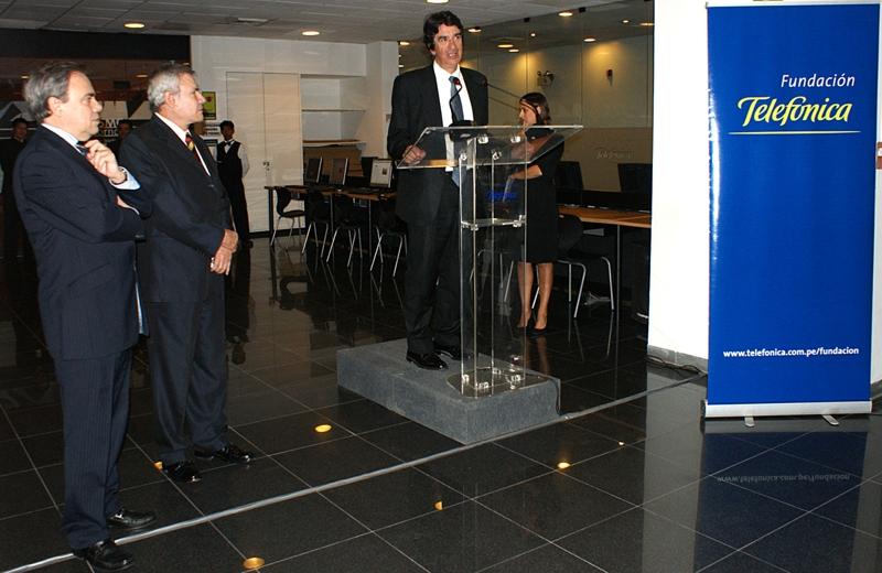 Javier Manzanares, presidente del Grupo Telefónica en el Perú y de su Fundación, Luis Castañeda Lossio, Alcalde de Lima Metropolitana, Francisco Serrano, director general de la Fundación Telefónica España