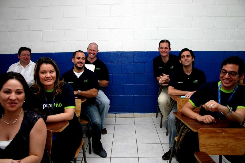 Al fondo de la imagen, Jose Ma Alvarez Pallete e Iñaki Urdangarin, junto a los voluntarios en el aula