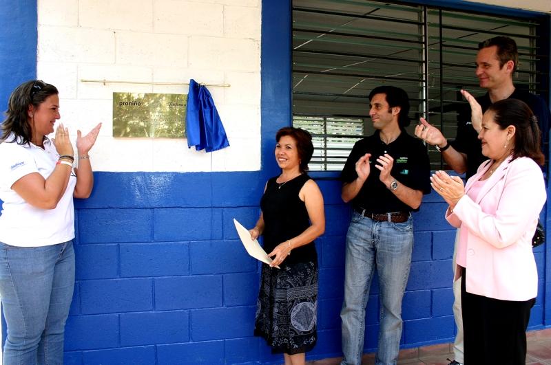 Luz Amanda de Salazar (Voluntaria), Gladis Ruiz (Directora) junto a Alvarez Pallete e Iñaky Urdangarin descubren la placa colocada en el aula nueva
