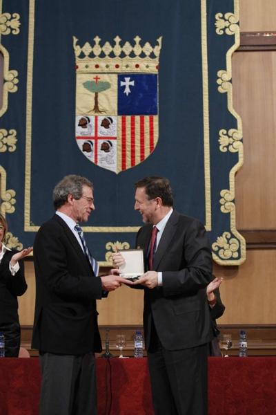 De izquierda a derecha, Cesar Alierta y Marcelino Iglesias en el momento de la entrega de la medalla