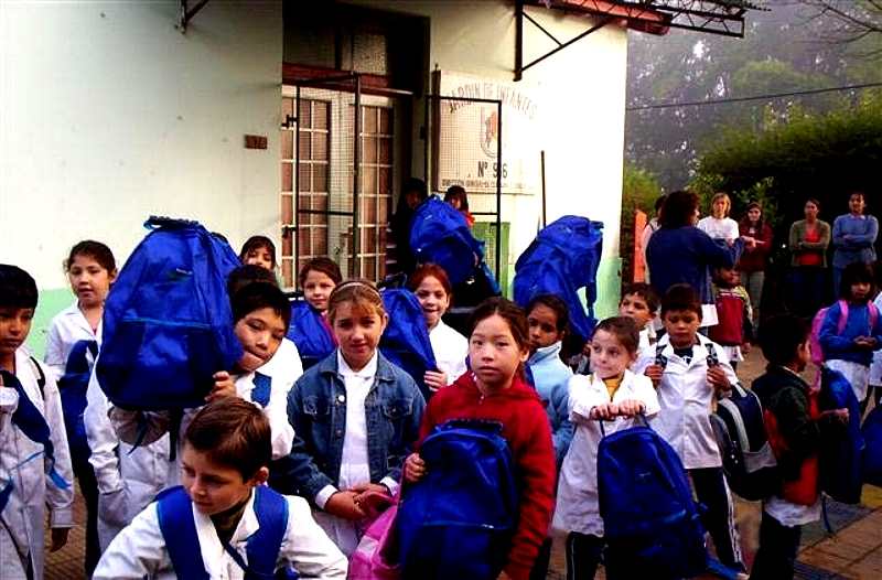 5500 mochilas con útiles escolares fueron entregadas por Voluntarios Telefónica