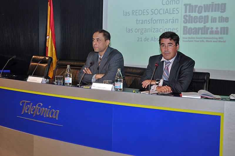 Soumitra Dutta junto a Francisco Blanco, jefe del Gabinete de la Presidencia de Telefónica.