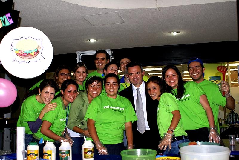 El presidente de Movistar Venezuela, Juan Antonio Abellán con un grupo de voluntarios