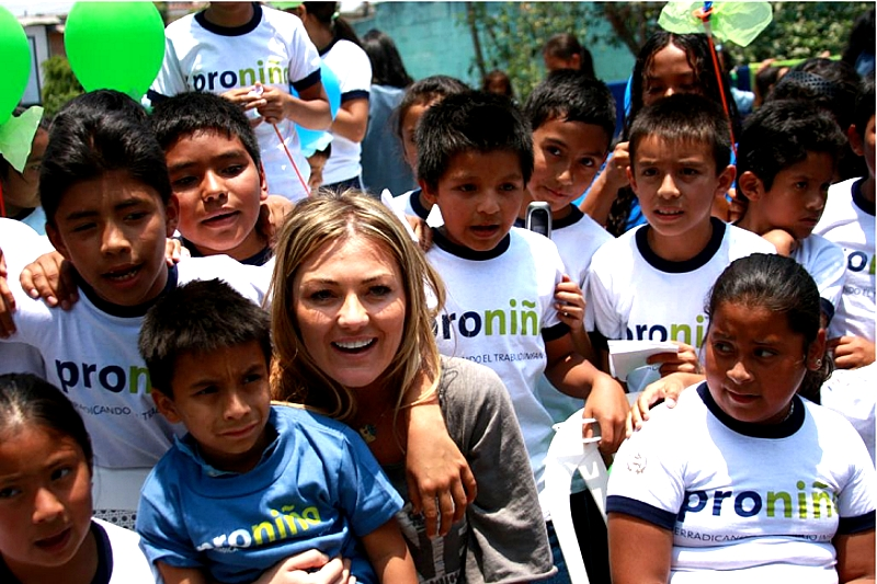 La cantante Amaia Montero visitó una Escuela Proniño durante su gira por Guatemala