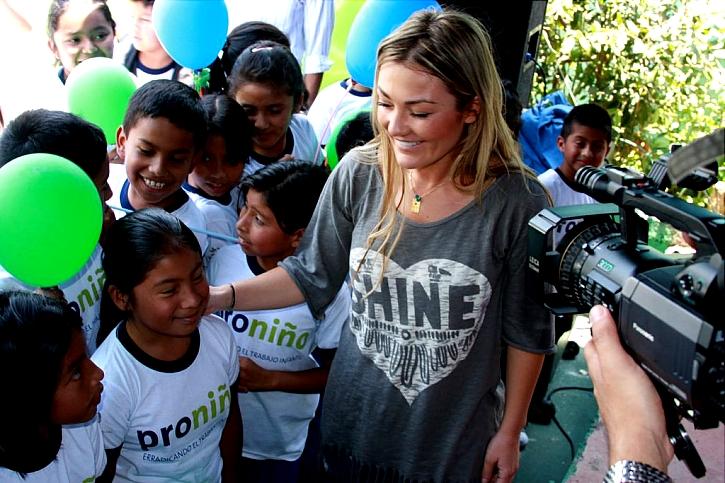 Para darles la bienvenida, los niños de la escuela tenían preparadas diversas actuaciones musicales con canciones de Amaia Montero.