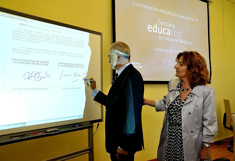 Javier Nadal, Vicepresidente Ejecutivo de Fundación Telefónica y Mª Victoria Broto, Consejera de Educación, Cultura y Deporte del Gobierno de Aragón, durante la firma del convenio entre ambas entidades
