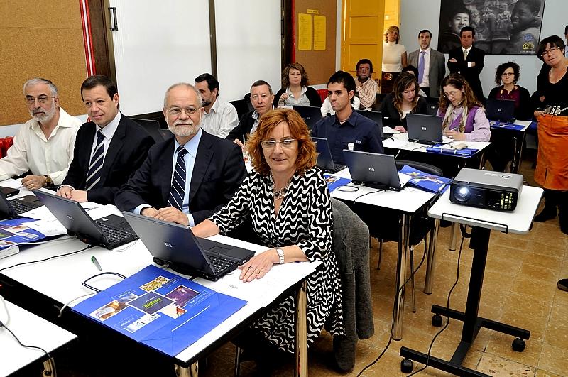 De izquierda a derecha, sentados en la primera fila aparecen, Federico Tartón, Director Autonómico de Telefónica en Aragón; Javier Nadal, Vicepresidente Ejecutivo de Fundación Telefónica y Mª Victoria Broto, Consejera de Educación, Cultura y Deporte del Gobierno de Aragón