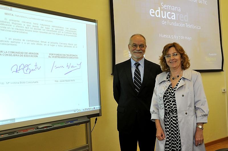 Javier Nadal, Vicepresidente Ejecutivo de Fundación Telefónica y Mª Victoria Broto, Consejera de Educación, Cultura y Deporte del Gobierno de Aragón tras la firma del convenio