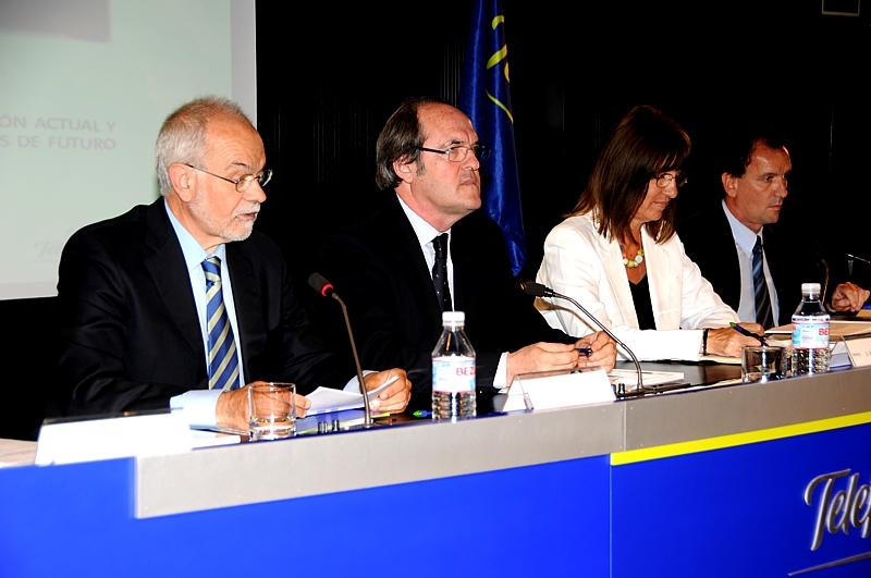 De izqda. a dcha, el vicepresidente ejecutivo de Fundación Telefónica, Javier Nadal; el ministro de Educación,