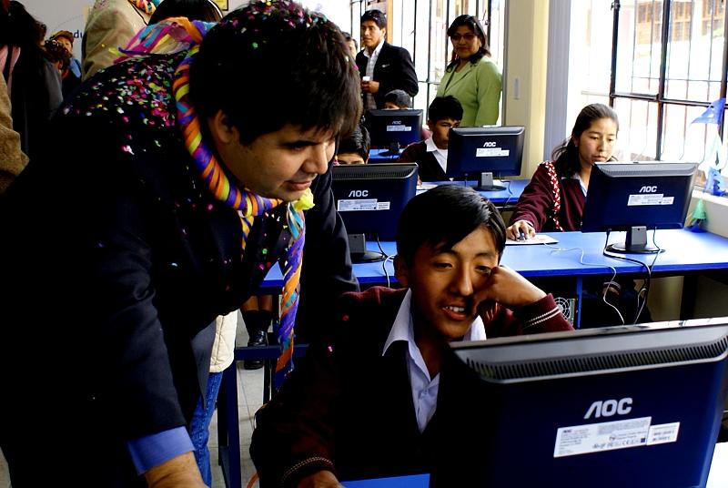 Fundación Telefónica entrega laboratorio informático a escolares de Puno