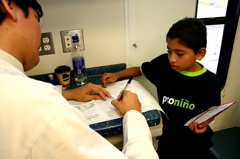 El programa contempla atención médica, dental y educación en salud preventiva, otorgada en la  Clínica Móvil Ronald McDonal, equipada con personal médico profesional para atención de niños y adultos