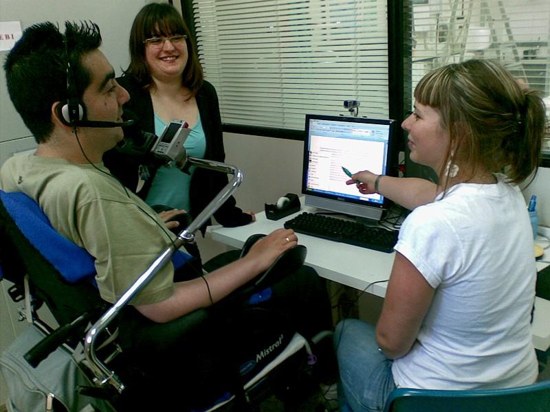 El centro Retadis en Bilbao, con sede en la Asociación de Padres e Hijos Espina Bífida de Bizkaia (ASEBI), amplía sus equipos para facilitar a las personas con discapacidad el acceso a las TIC