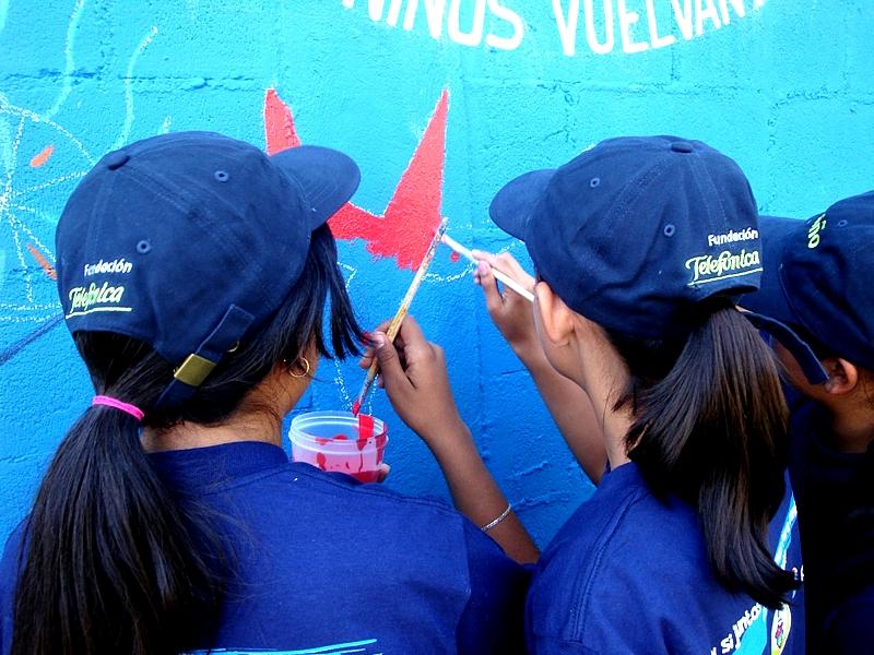 Los asistentes apoyaron la causa pintando algún detalle del mural