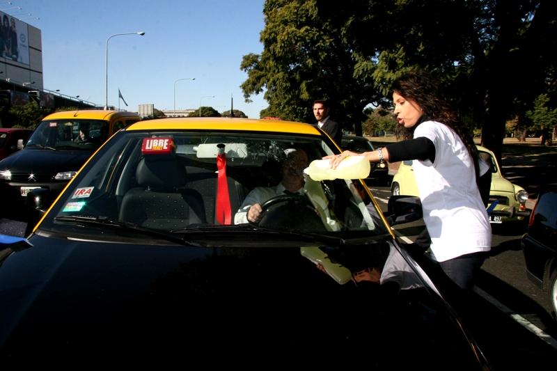 los artistas se dieron cita en la esquina de Tagle y Figueroa Alcorta para limpiar los parabrisas de los autos que se detenían en el semáforo del lugar –una de las modalidades de trabajo infantil más comunes-, sorprendiendo a los transeúntes e informándolos sobre las causas y consecuencias del trabajo infantil. en la foto; Patricia Sosa