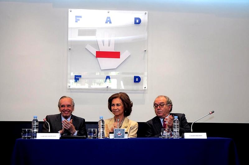 S.M. la Reina Doña Sofía, en el centro de la imagen, a la izquierda el Presidente de la FAD, José Ángel Sánchez Asiaín y a la derecha el Vicepresidente de la FAD, Eduardo Serra.