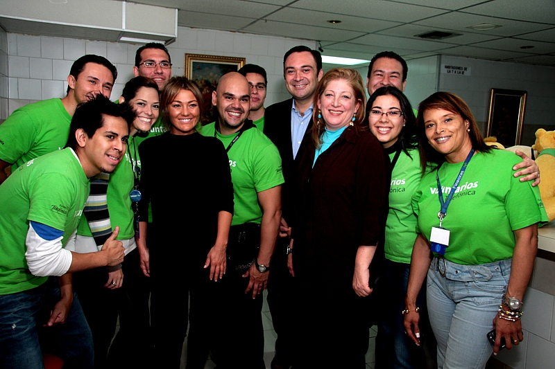 Acompañaron a la cantante, por Fundación Telefónica su Director Douglas Ochoa, Giovanna Bruni, Gerente General y Liana Sosa responsable del programa Aulas Fundación Telefónica