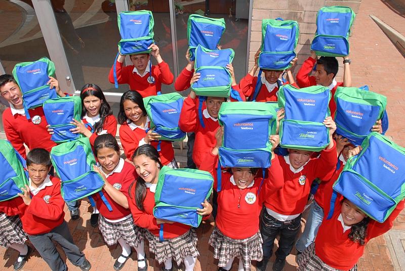 Fundación Telefónica entrega kits escolares en colegios de la ciudad colombiana de Santa Marta