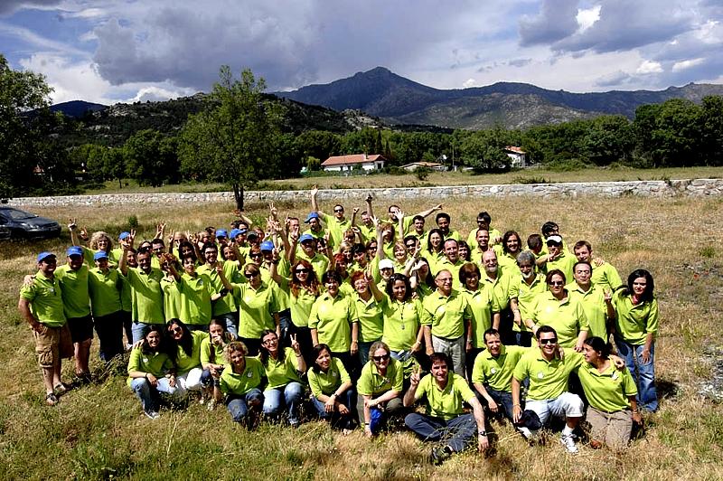 En la imagen, un grupo de Voluntarios Telefónica durante la preparación de sus Vacaciones Solidarias en la sierra madrileña.