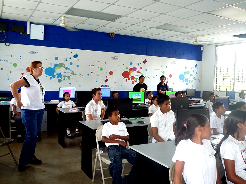 Escuelas Amigas es un programa presencial y virtual que se ha creado con el objetivo de iniciar un intercambio cultural entre las escuelas de Latinoamérica y España, de manera que los alumnos de 10 a 12 años compartan sus experiencias con los niños de otros países.