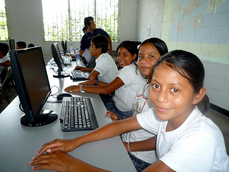 Los alumnos son los protagonistas de Escuelas Amigas, pues ellos generan los contenidos culturales a intercambiar. Sin embargo, los voluntarios no son menos importantes en esta actividad pues ellos tienen a su cargo