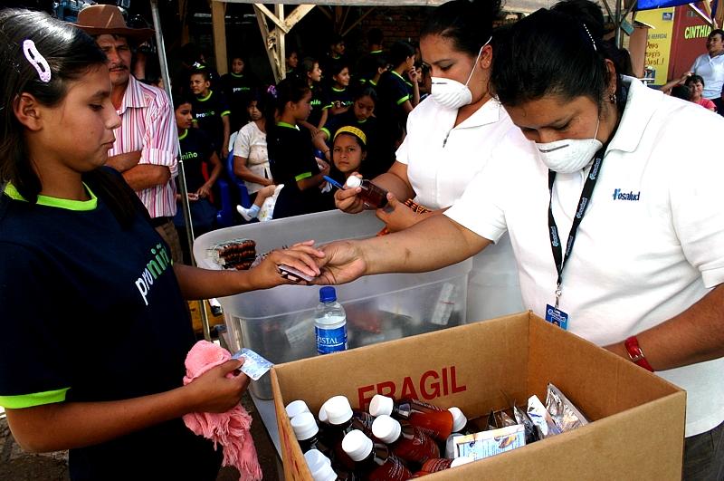 La Clínica Móvil también dio atención médica básica a los habitantes de las comunidades donde estuvo presente, e hizo entrega de libros educativos en salud preventiva, tanto en el área rural como el área urbana, llegando a un total de 75 mil personas