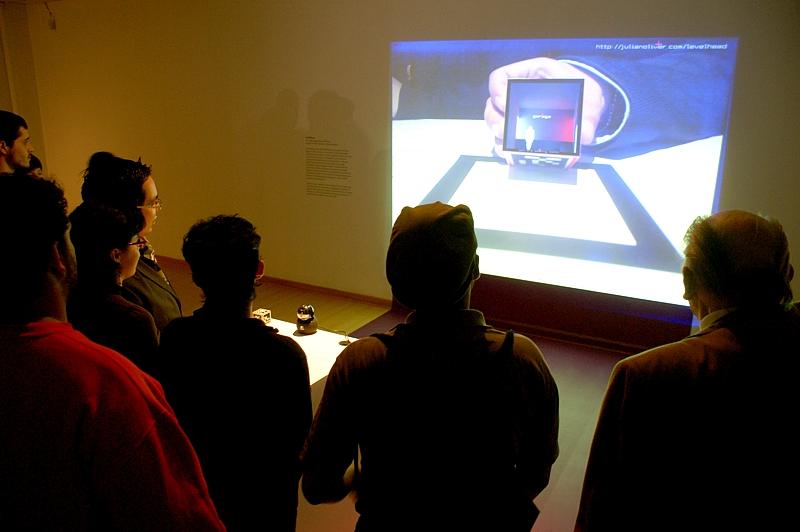 A través de la exhibición, el visitante reflexionará en torno a cómo el videojuego ha sido integrado a la esfera cultural occidental globalizada y cuestionará su rol pasivo de usuario.