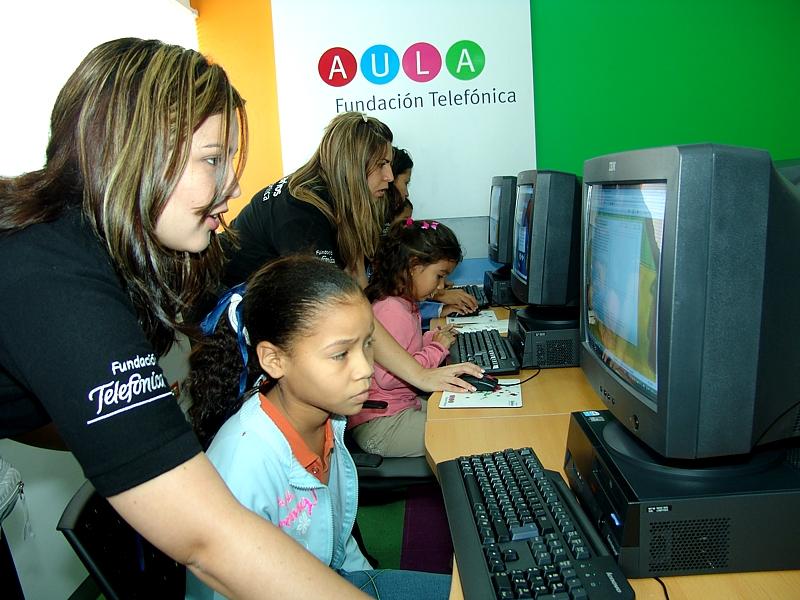 Las Aulas Fundación Telefónica en Hospitales están dotadas de computadoras fijas, laptop, y kid Smart para los más pequeños, impresoras, Internet y cámaras Web