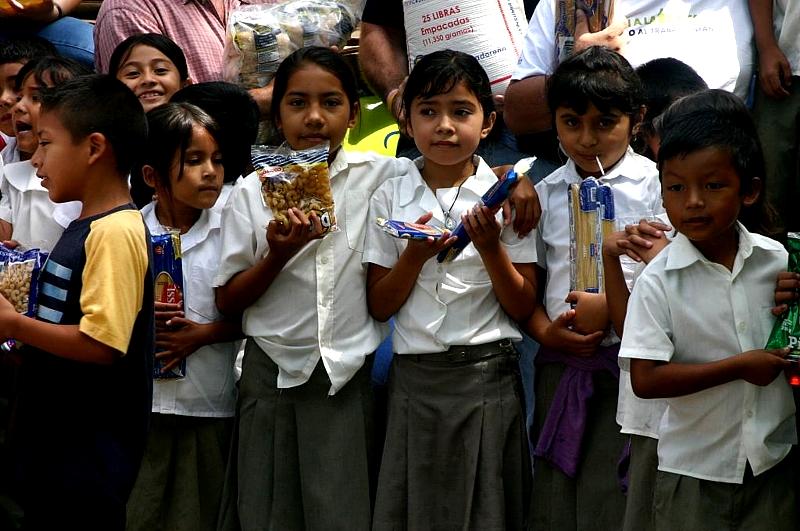 Los víveres son entregados a las maestras de las aulas de nivelación, quienes se encargan de la preparación y distribución de los almuerzos para los niños